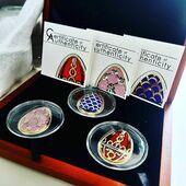 👑 Zestaw 3 monet poświęconym jajom Faberge.👑  Jaja Carskie Fabergésą znane na całym świecie. To dzieła sztuki złotniczej z czasów Aleksandra III Romanowa i Mikołaja II. Były wykonywane w pracowni nadwornego jubilera na zamówienie cesarza jako prezent wielkanocny. Były wykonywane ze złota, srebra, kamieni szlachetnych, kości słoniowej, masy perłowej i zdobione emalią.  Każda z monet jest bogato zdobiona Drukiem UV, złotem oraz kryształami.💎  Oferujemy monety ze zdjęcia; pudełko zawiera ślady użytkowania.   ENG BELOW👇  Set of 3 coins dedicated to Faberge eggs. 👑  Tsar Fabergé eggs are known all over the world. These are works of goldsmith's art from the times of Alexander III Romanov and Nicholas II.  They were made in the court jeweler at the emperor's order as an Easter gift. They were made of gold, silver, precious stones, ivory, mother of pearl and decorated with enamel.  Each coin is richly decorated with UV printing, gold and crystals.💎  We offer coins from the photo; the box contains signs of use.  #jajafaberge #coin #coinconstellation #fabergeeggs